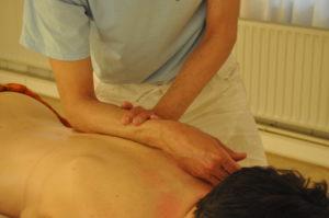 Stevige massage, door te masseren met de onderarm